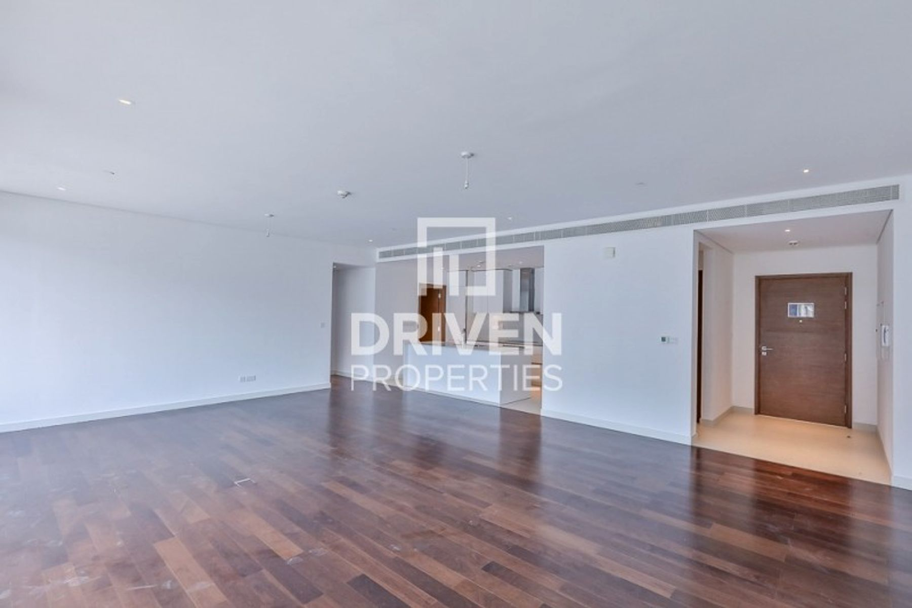 Bright and Largest Apt | Boulevard Views