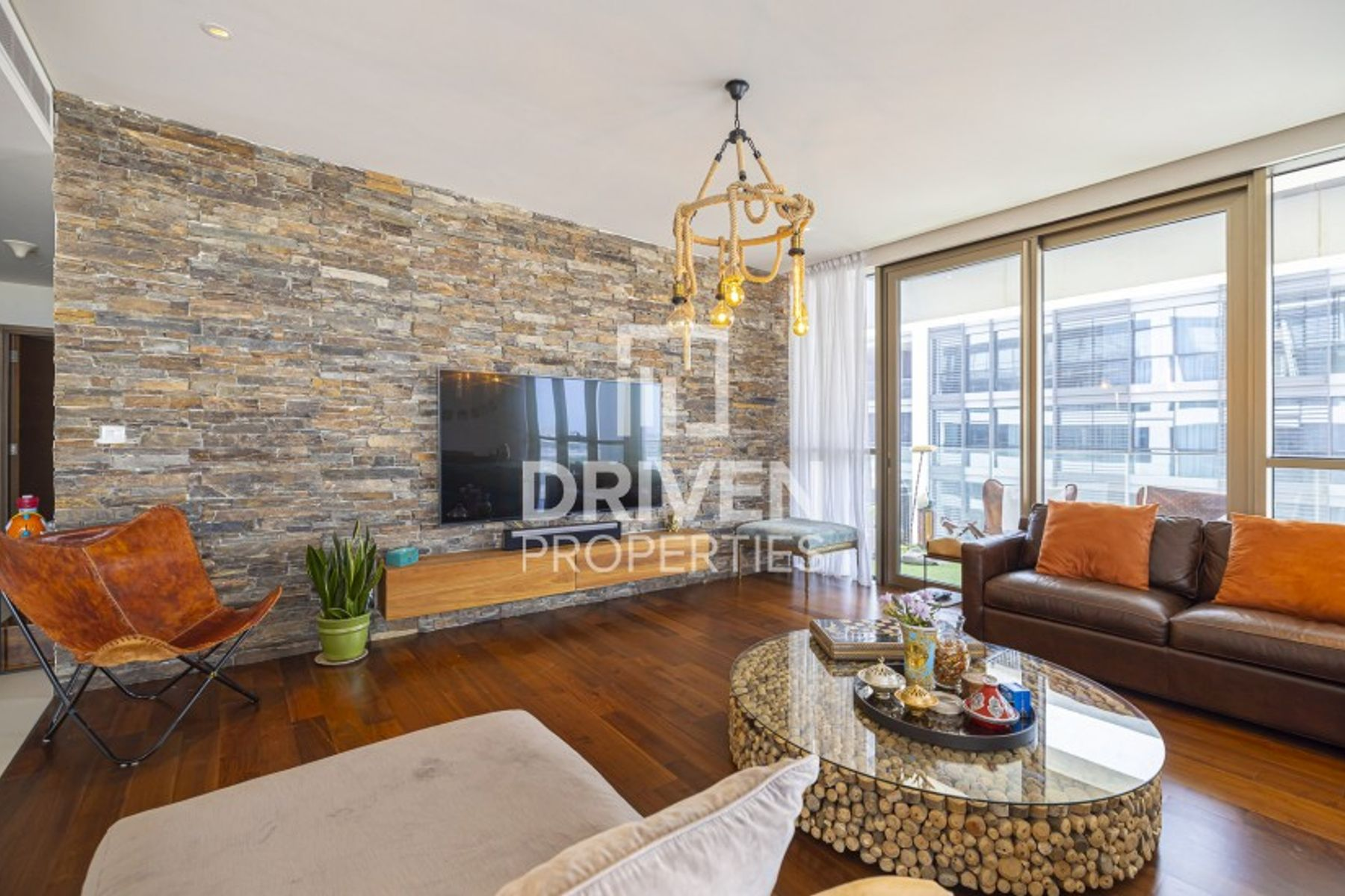 Wonderful Corner Apt | Side Boulevard View