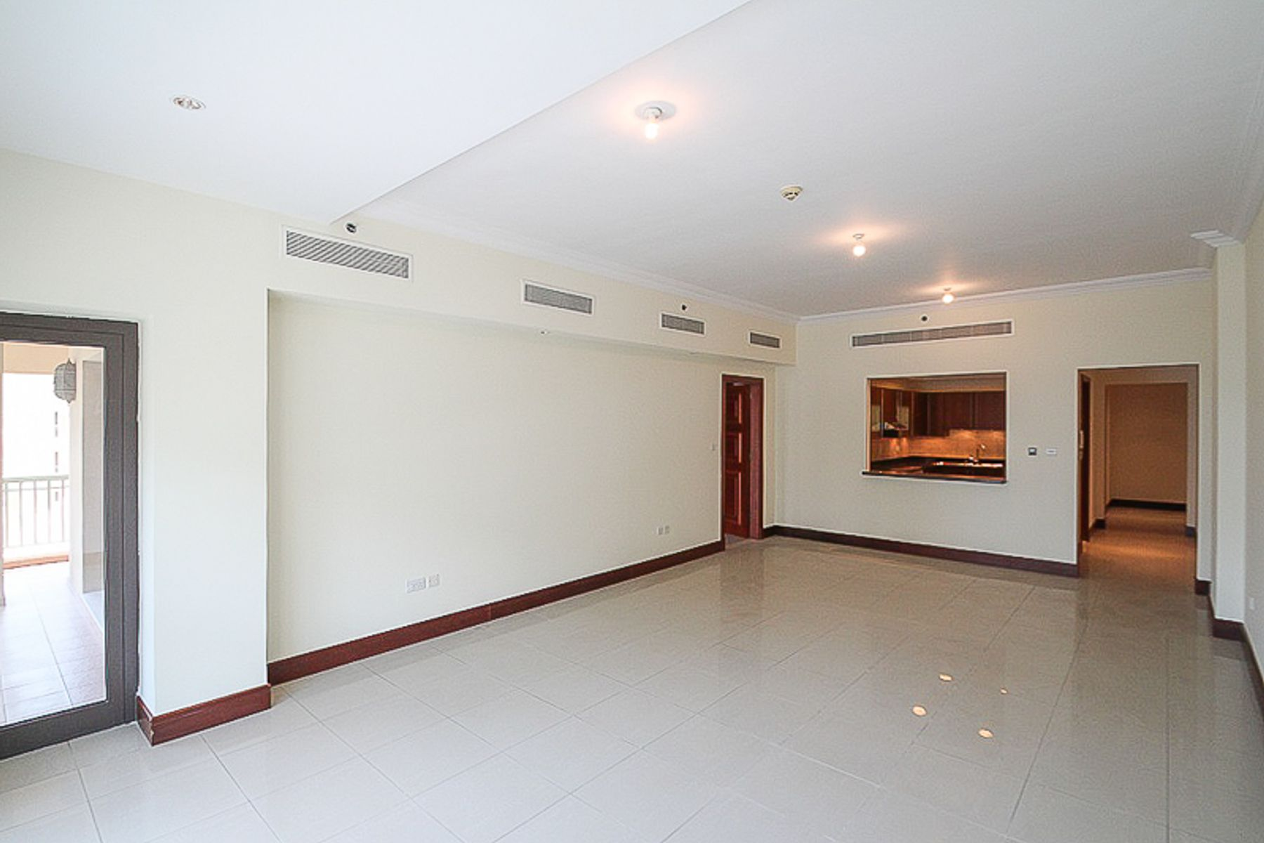 Spacious 2 Bed Apt with Partial Sea View