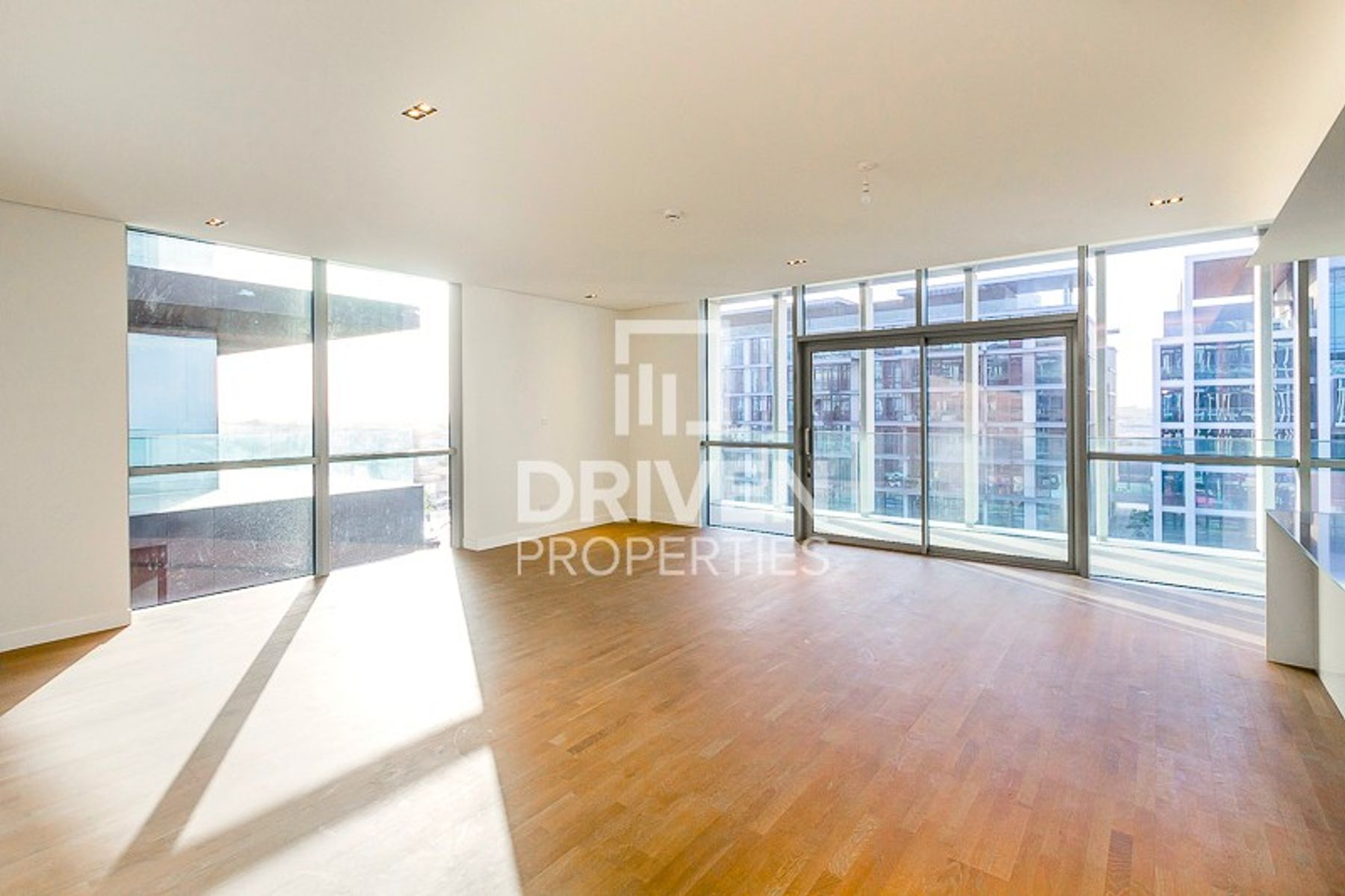 Amazing Boulevard Views, Top Floor Apartment