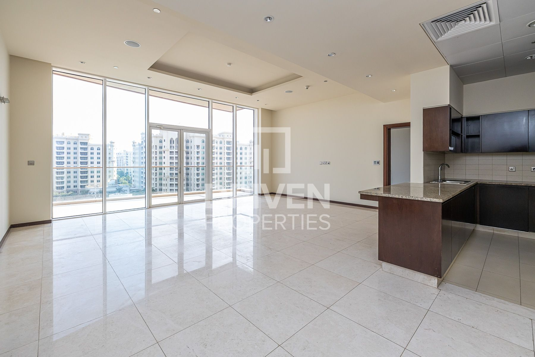 Amazing & Bright 2 Bed Apt with Sea View