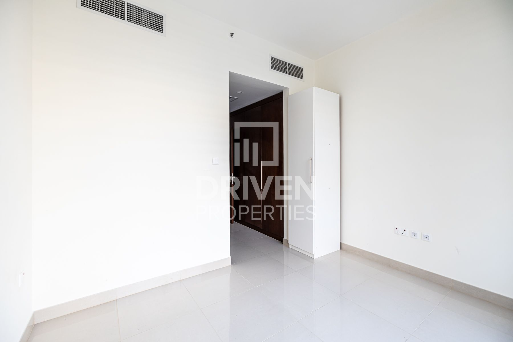 Vacant Apartment with Pool and Park View