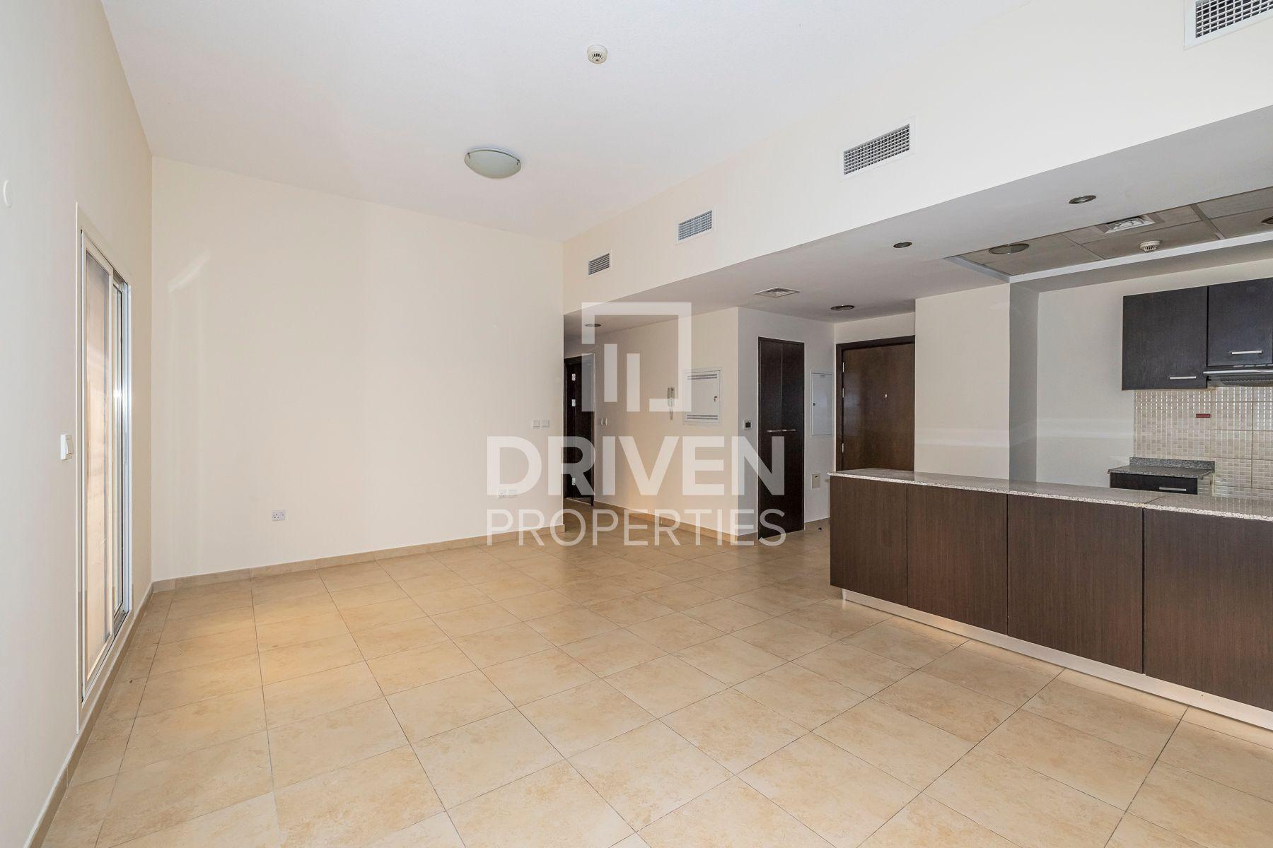Vacant | Elegant & Upgraded in Low Floor