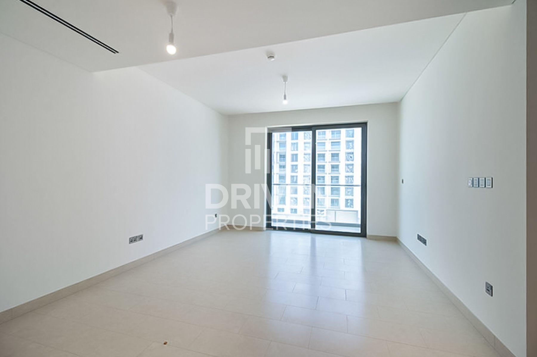 Re-sale Spacious Apartment w/ Pool Views