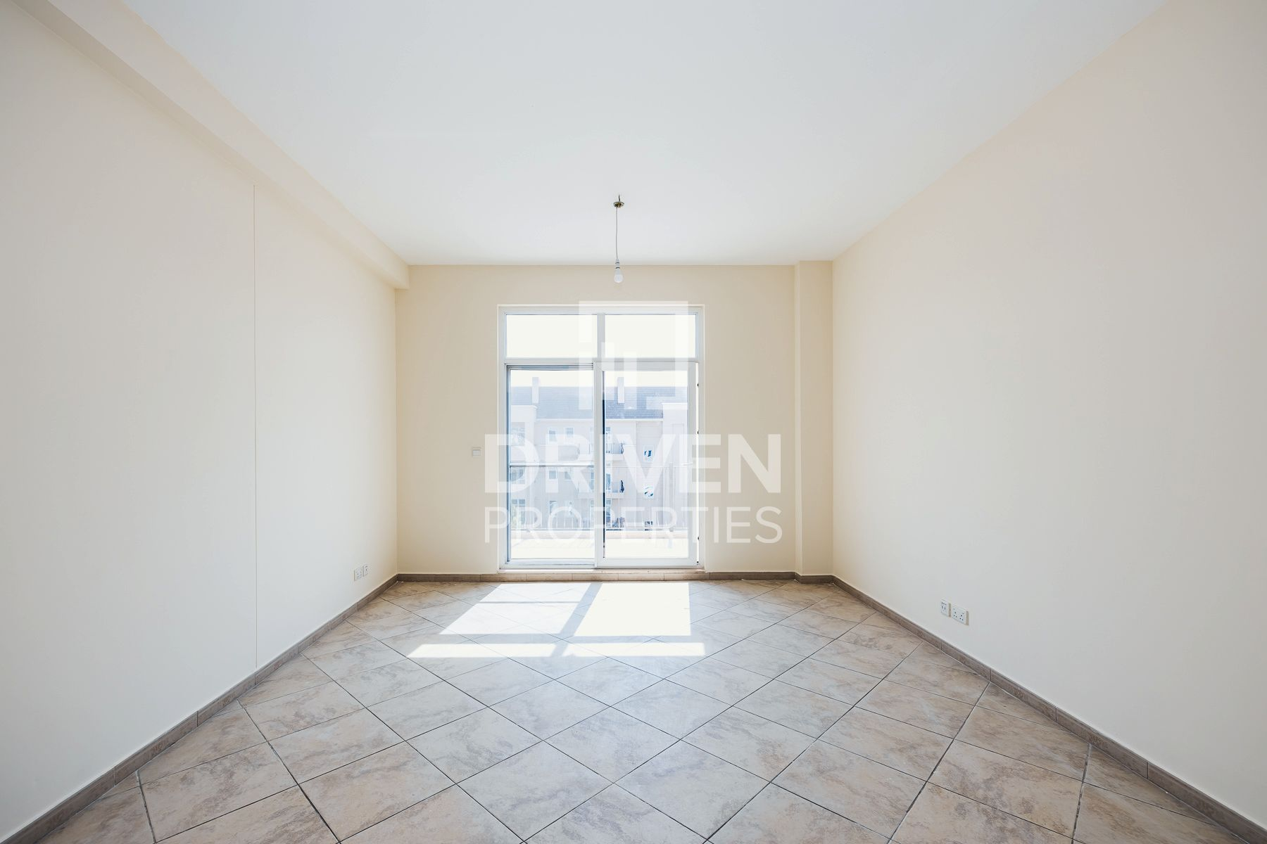 Vacant and Spacious Apt   Prime Location